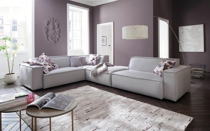 Stilvolle Interieur Der Wohnzimmer Lila Wände, Dunkle Holzböden, Weißen  Sofa, Lila