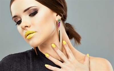 Hermosa chica, modelo, color amarillo de maquillaje, barra de labios de color amarillo